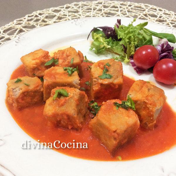 atun-con-tomate-en-un-plato