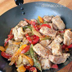 atun-salteado-con-pimientos-wok