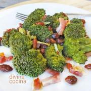 brocoli-con-bacon-y-pasas-en-un-plato