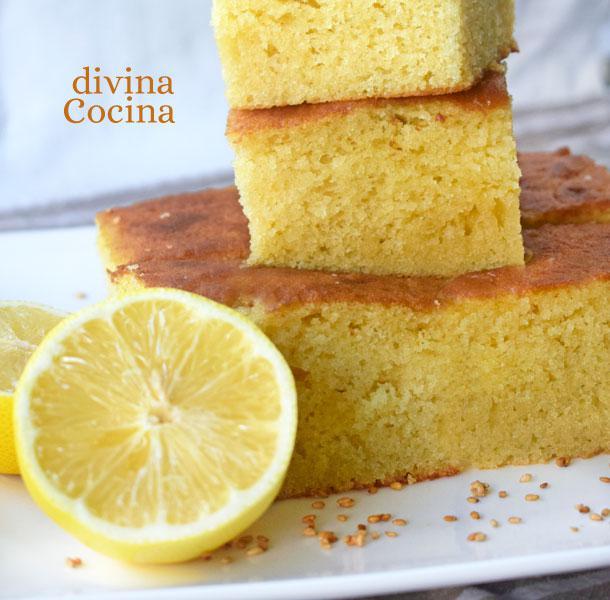brownie-de-limon-cortado-en-un-plato