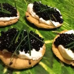 canapes-de-caviar-sobre-galletiras-caseras