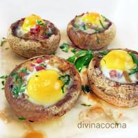Champiñones rellenos de huevo de codorniz