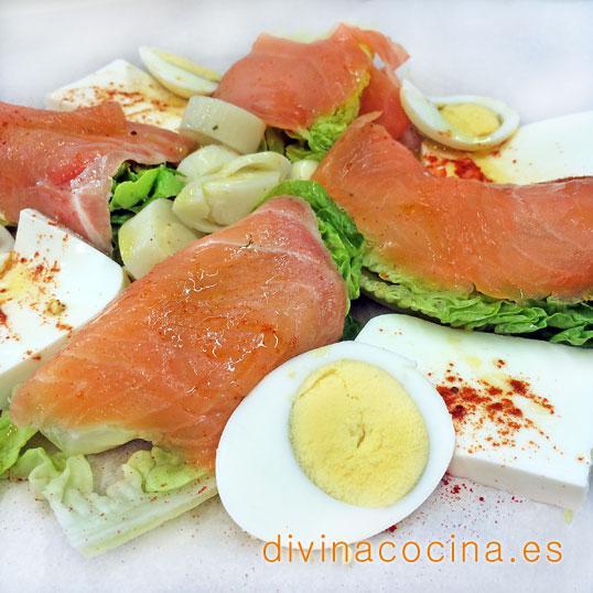 Cogollos de lechuga con salmón y queso fresco