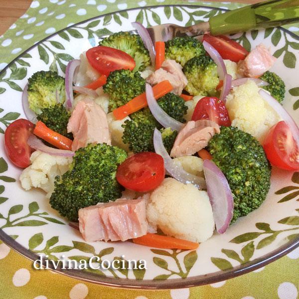 ensalada-de-brocoli-y-coliflor-en-un-plato