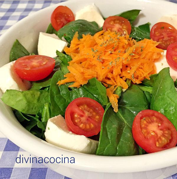Ensalada de espinacas con vinagreta roja en Ensalada de espinacas, fresas, almendras con vinagreta de naranja