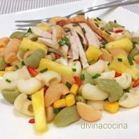 Ensalada de pasta con pollo y fruta