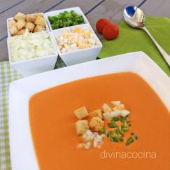 gazpacho-andaluz-con-su-guarnicion