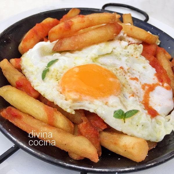 Huevos con patatas bravas en Chuletillas de cordero con patatas bravas