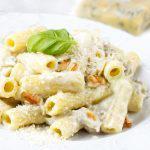 Macarrones con gorgonzola y piñones