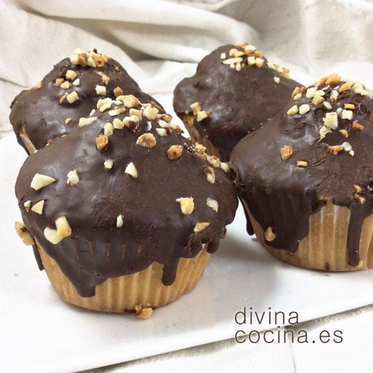 Magdalenas de vainilla bañadas en chocolate