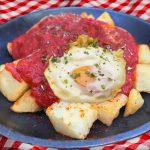 Huevos con patatas bravas