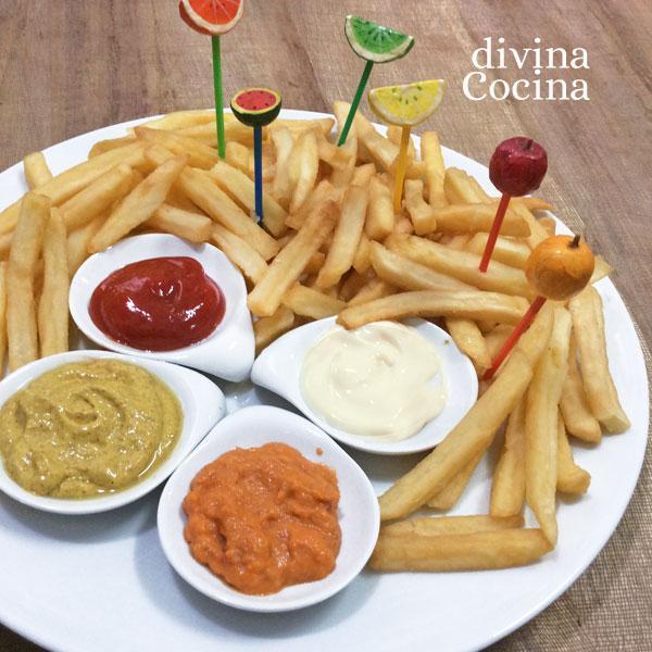patatas-fritas-con-salsas-en-un-plato