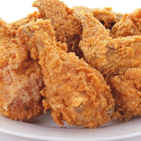 pollo-frito-americano-en-un-plato