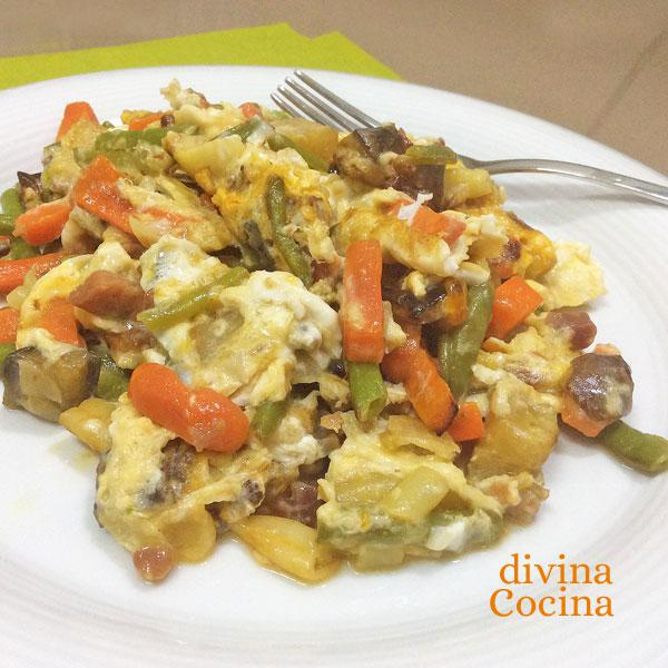 revuelto-de-verduras-y-jamon-en-plato