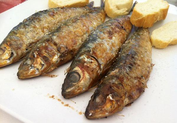 sardinas-asadas-en-una-bandeja