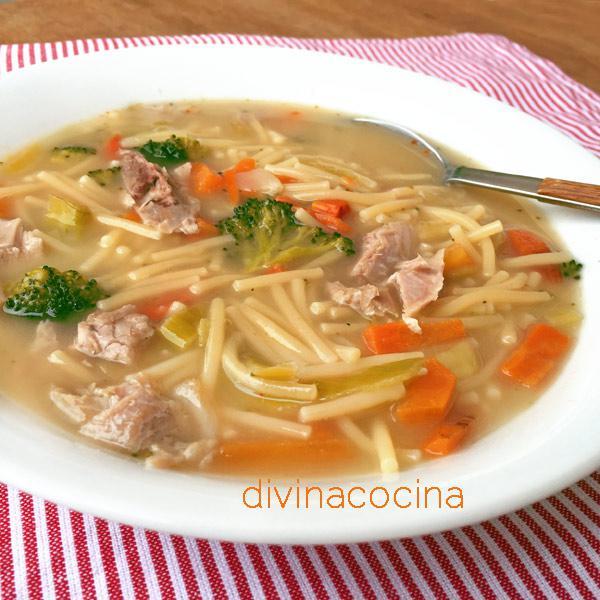 sopa-de-verduras-con-pollo-en-un-plato