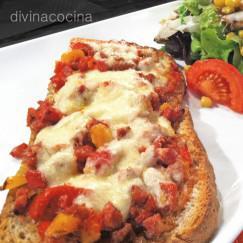 tosta-de-pimientos-chorizo-y-queso