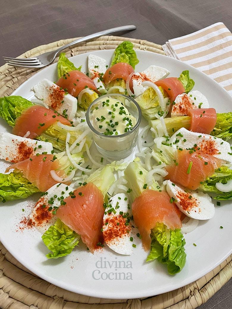 cogollos de lechuga con salmon y salsa de yogur