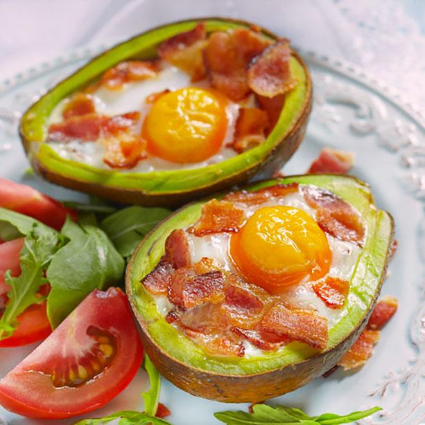 aguacates con huevo bacon