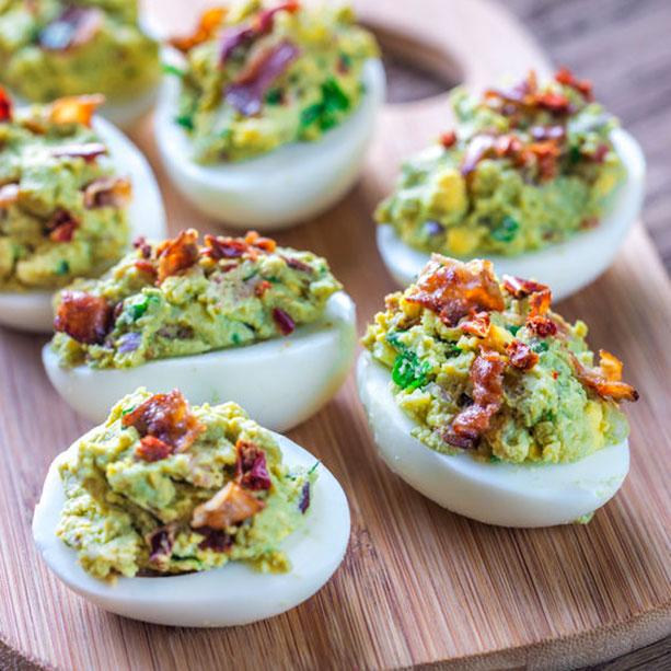 huevos rellenos guacamole bacon