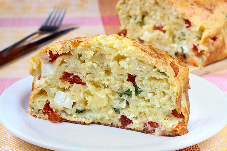 bizcocho salado de queso tomates secos y albahaca