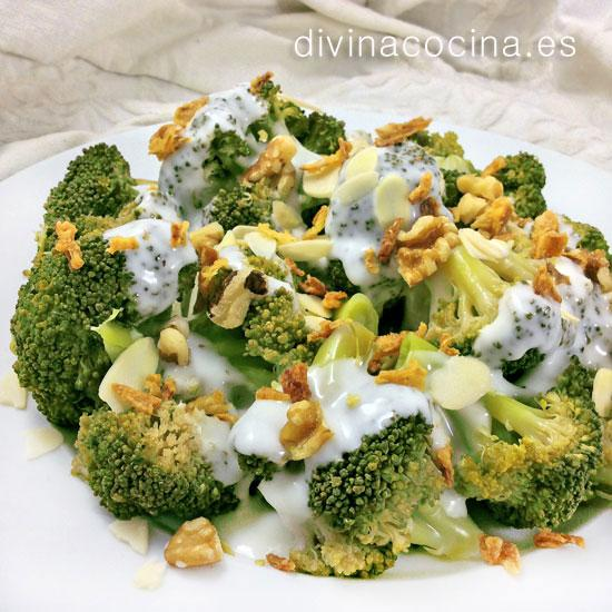 Brócoli con salsa de queso y frutos secos