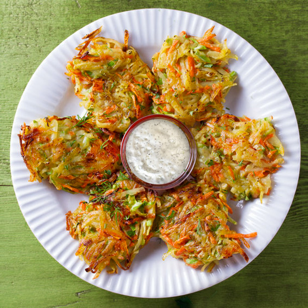 buñuelos de verdura en un plato