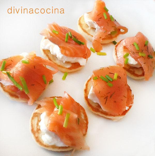 canapés de salmón sobre blinis