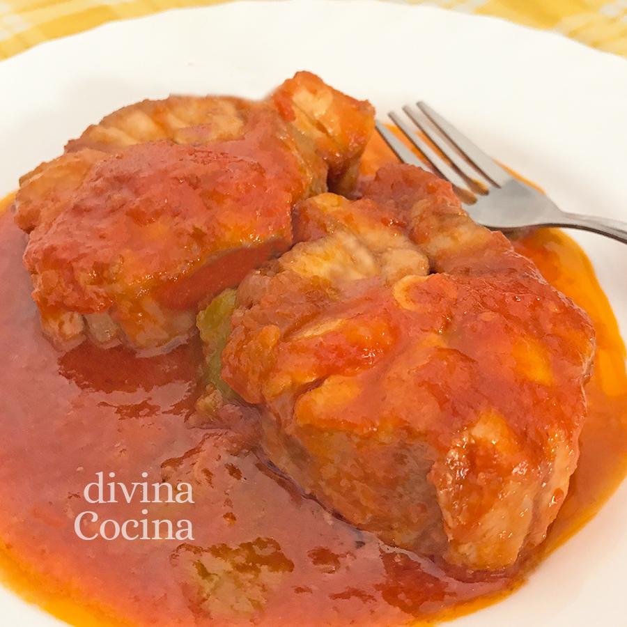 cazon con tomate en un plato
