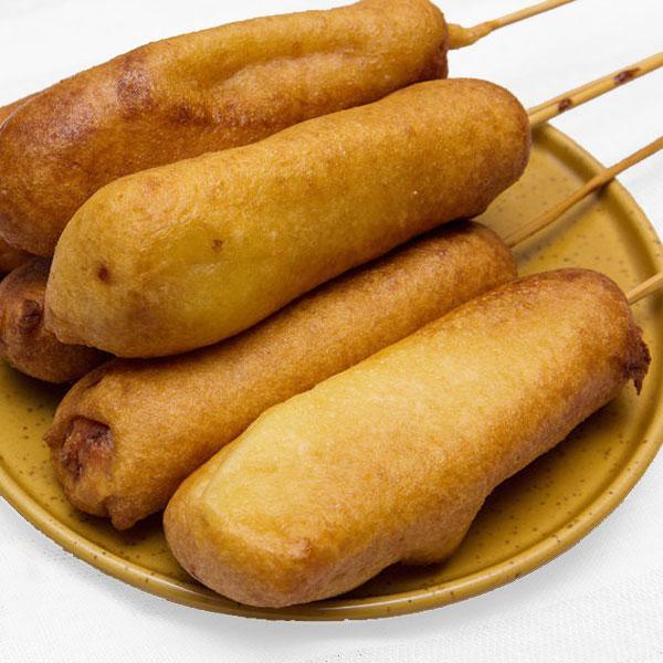 corn dogs en un plato