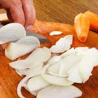 Trucos para cortar cebolla sin llorar