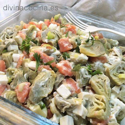 ensalada de alcachofas y salmón