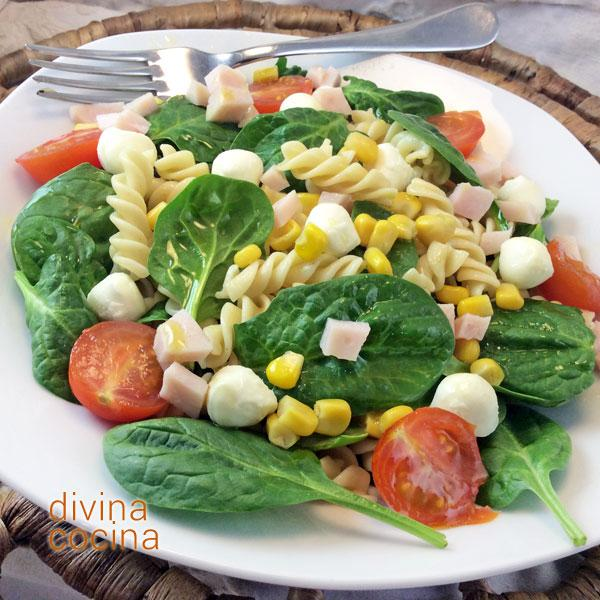 Ensalada de pasta y espinacas frescas