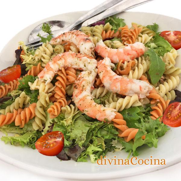ensalada de pasta, langostinos y vinagreta verde