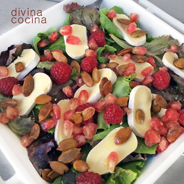 Ensalada de queso y frutos rojos