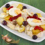 Ensalada de pescado, patatas y pimientos
