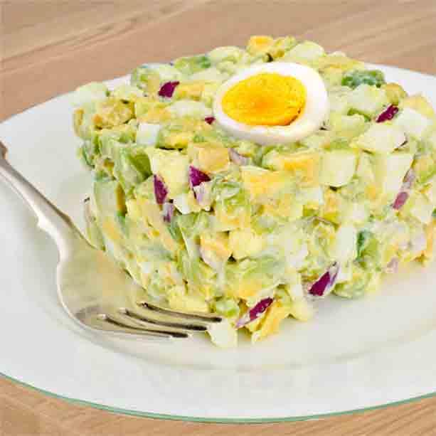 ensaladilla de aguacate y huevo