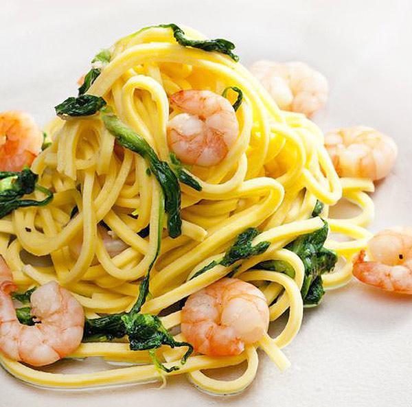 espagueti con gambas y espinacas