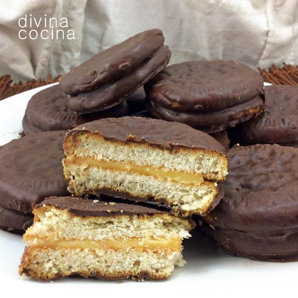 Galletas rellenas cubiertas con chocolate