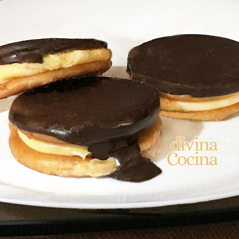 galletas rellenas de crema con cobertura de chocolate