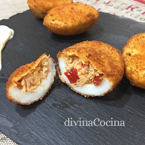 Huevos rellenos empanados