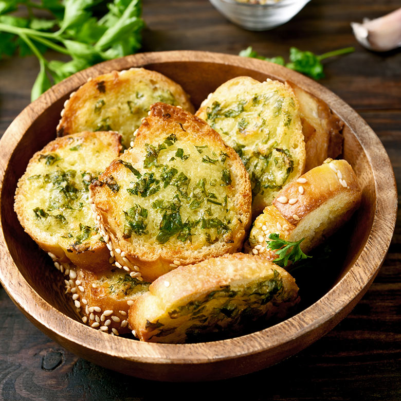 pan con queso y hierbas gratinado