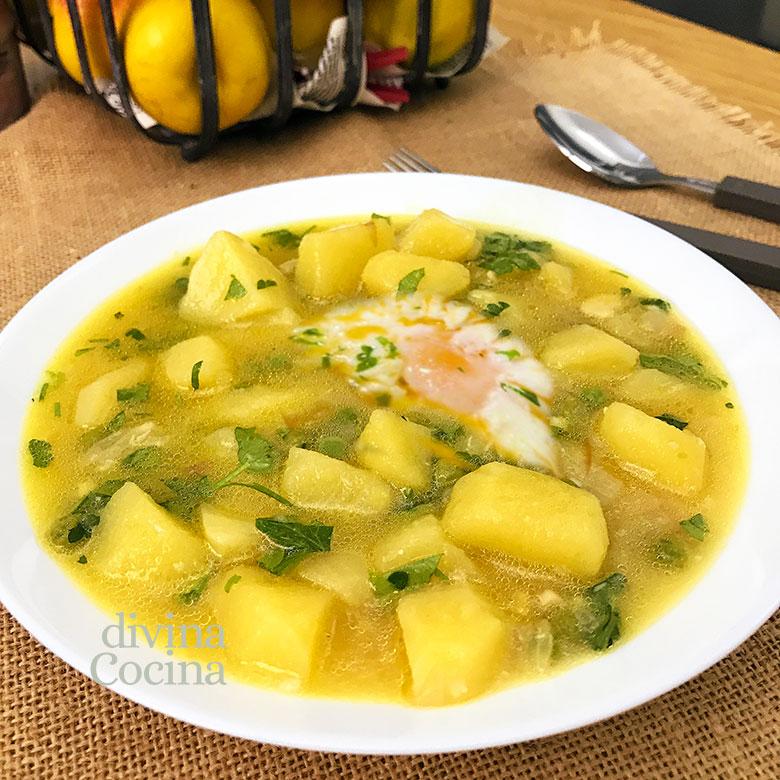 patatas guisadas en amarillo