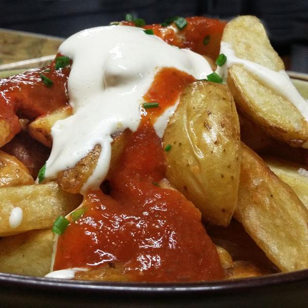patatas-bravas-dos-salsas