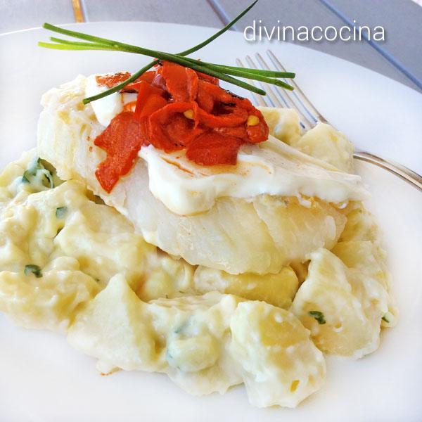 pescada-con-mayonesa-y-patatas-en-un-plato