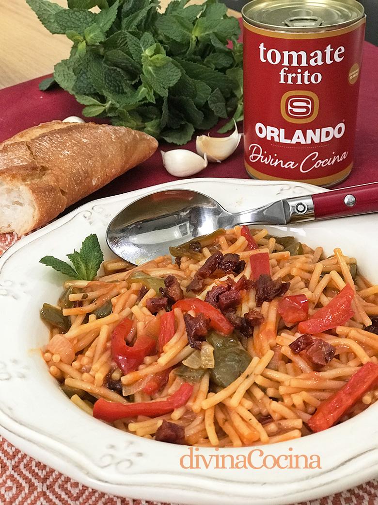 plato de fideos con tomate