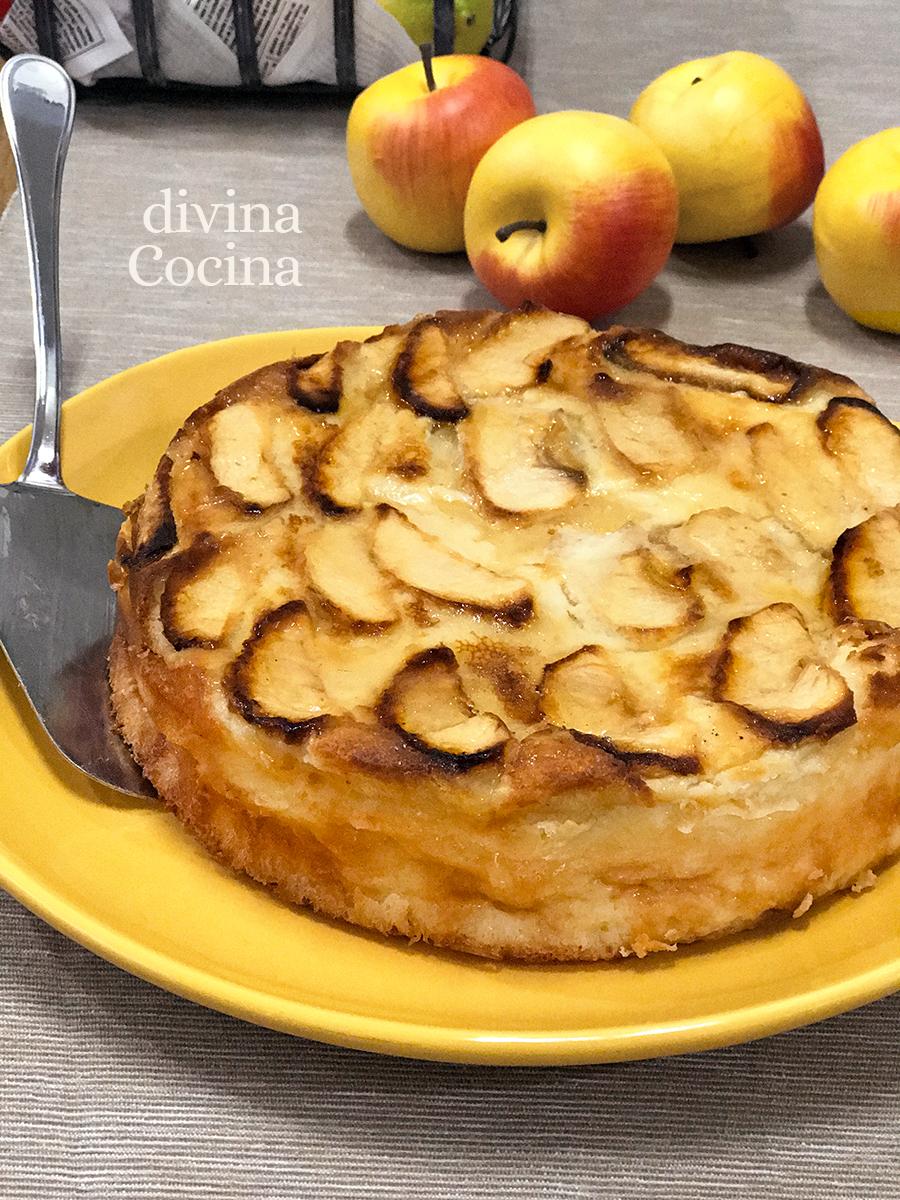 tarta de manzana clasica sobre la mesa