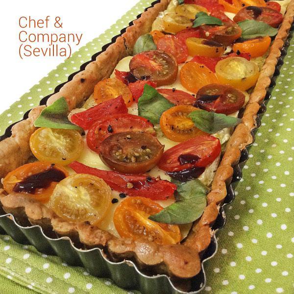 Tarta de queso brie, pesto y tomates